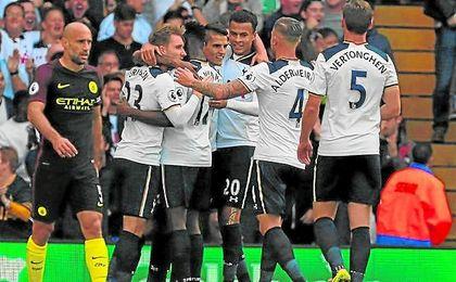 los jugadores del Tottenham Hotspur celebran uno de los goles ante el City.