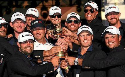 El equipo de Estados Unidos posa con la Ryder Cup.