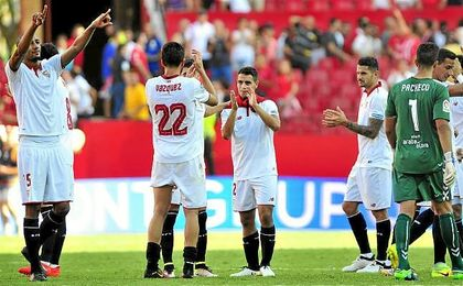 Los jugadores del Sevilla celebran su última victoria en casa ante el Alavés.