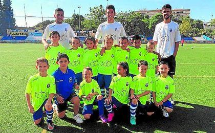 La plantilla del equipo prebenjamín del Nervión, que milita en Tercera Andaluza, posa antes de iniciarse el encuentro ante El Pilar.