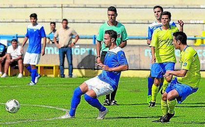 Alberto Castro (izquierda) controla el esférico en un lance del duelo disputado frente al Coria.