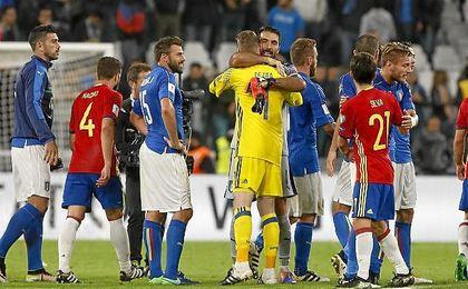 España empató en el Juventus Stadium ante Italia; en la imagen, De Gea y Buffon se abrazan.