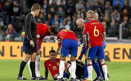 El lateral internacional Jordi Alba abandona la concentración por lesión.