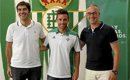 Rubén Castro posa junto a Torrecilla y Haro.