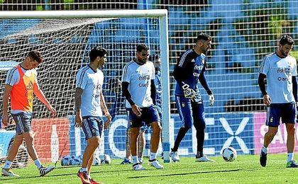 Mercado podr�a suplir ante Paraguay al sancionado Zabaleta.