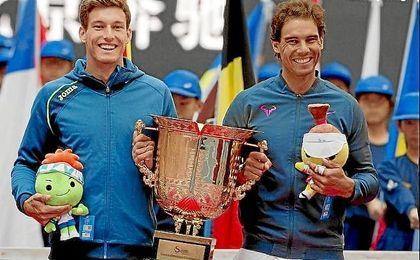 Carreño y Nadal posan con el trofeo de ganadores de dobles.