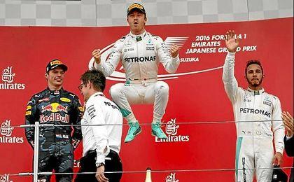 Rosberg saltando en el podio, junto a Verstappen y Hamilton.
