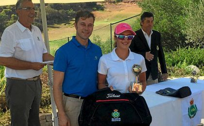 Valentina Albertazzi recoge su trofeo tras llevarse la última prueba de la temporada en el Circuito Andaluz de Pitch & Putt.