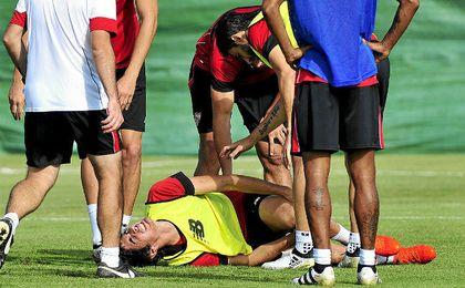 Momento en el que Carlos Fernández cae lesionado durante el entrenamiento del pasado jueves.