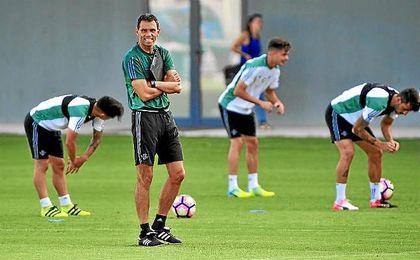 Gustavo Poyet, dirigiendo un entrenamiento de su equipo.