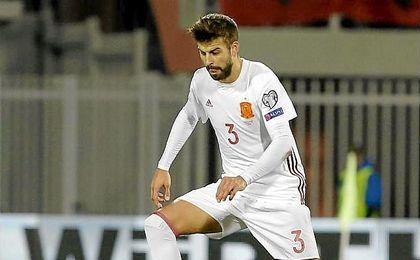 Piqué, durante el partido entre Albania y España en el que se desató la polémica por su camiseta.
