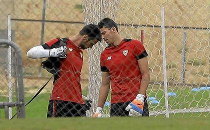 El madrileño David Soria y el italiano Salvatore Sirigu, durante el entrenamiento de ayer.