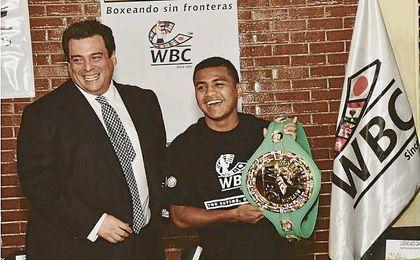 Román González recibe el título de campeón de peso supermosca.