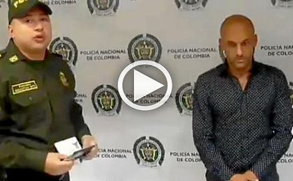 La Policía lee los derechos a Diego Osorio tras ser detenido por portar cocaína.