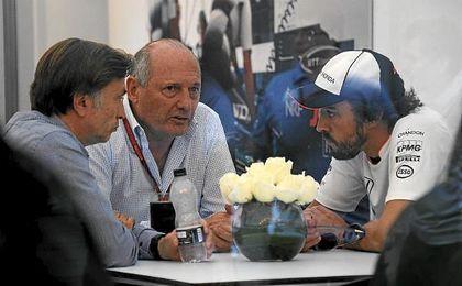 En la imagen, Jost Capito, Director de McLaren, Ron Dennis, presidente de McLaren y Fernando Alonso.