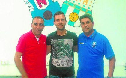 Andrés Millán, Roberto y Melli, director deportivo del Nervión, con motivo de la renovación del delantero.