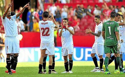 Los jugadores del Sevilla, tras el partido ante el Alavés en Nervión.