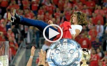 Alona Berkat es manteada por sus futbolistas
