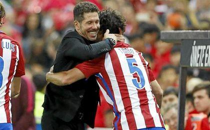 Simeone se abraza con el portugués Tiago