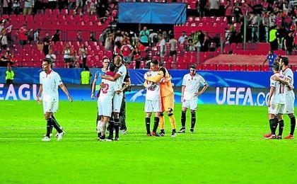 El plantel sevillista celebra el triunfo conseguido en el Sánchez Pizjuán ante el Olympique de Lyon.