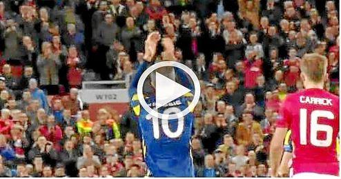 La grada de Old Trafford aplaude el gol de su ex Van Persie