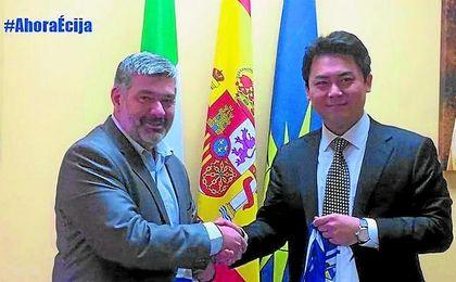 En la imagen, David García Ostos, alcalde del Écija, y Yung Gon Park.
