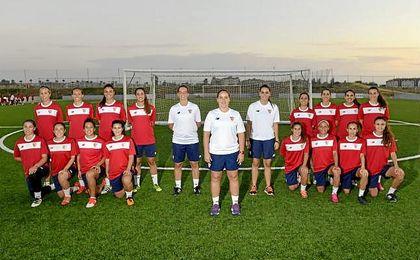Maribel Márquez (centro), entrenadora del Sevilla, posa para ED junto a su cuerpo técnico y sus jugadoras.