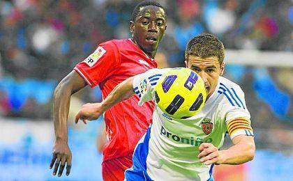 Mouhamadou Dabo, ahora en el Caen, pugna por un balón con Gabi (Zaragoza) en la 10/11.