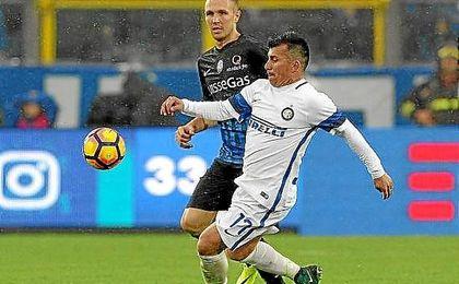 Medel, durante el partido ante el Atalanta.
