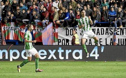 Felipe Gutiérrez festeja el tanto de la victoria en El Sadar.