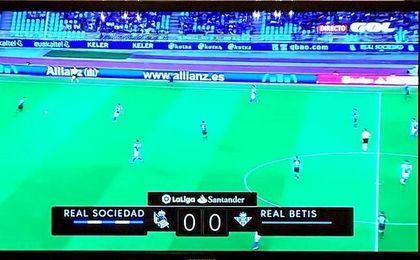 Riza Durmisi colgó en Twitter esta imagen durante su lesión, viendo al Betis en la televisión de su casa y por el canal ´GOL´.