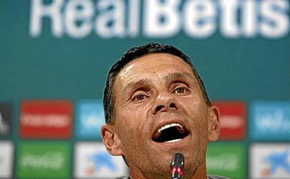 Gustavo Poyet, técnico del Betis, en una rueda de prensa.