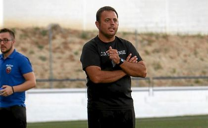 Manuel Luque, entrenador del Cabecense, observa a sus jugadores