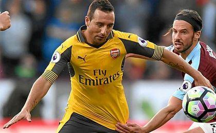 Santi Cazorla disputa el balón en el encuentro que le enfrentó al Reading.