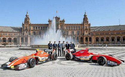 El delegado David Guevara, junto a los pilotos del equipo español del World Series Festival.