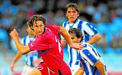 Con Tayfun Korkut al fondo, Tomás Hervás pugna con Óscar de Paula.