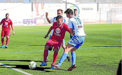 El atacante castillejano Dani Casado, autor de los tres goles visitantes, presionado por Lucho.