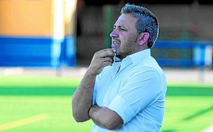 Domingo Caro, pensativo durante un partido con el Cerro.