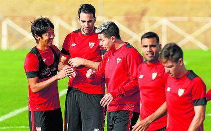 Kiyotake y Nasri bromean durante un entrenamiento del Sevilla.