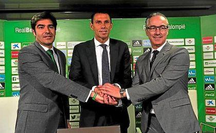 Haro, Poyet y Torrecilla, durante la presentación del técnico verdiblanco.