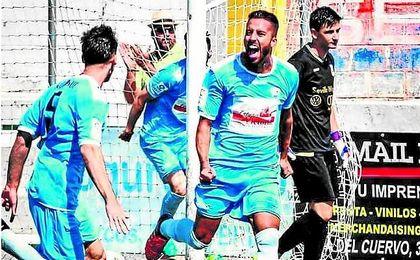 Eloy celebra su gol ante el Coria, partido de su debut con la Balompédica.