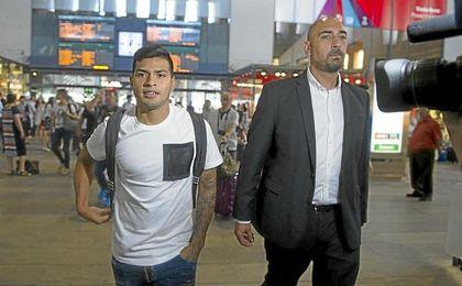 Nahuel, a su llegada a Sevilla para firmar por el Betis.