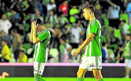 Rubén y Álex Alegría se lamentan tras perder con el Espanyol.