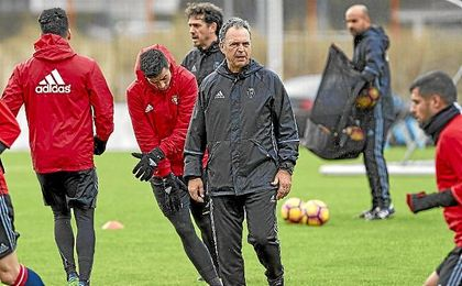Joaquín Caparrós, durante un entrenamiento de Osasuna.