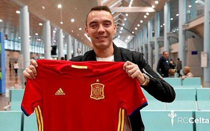 Aspas, posando con la camiseta de España.