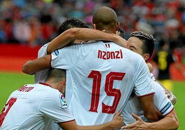 N´Zonzi, felicitado tras hacerle gol al Atlético.