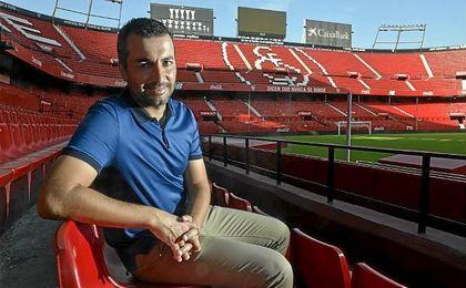 Diego Martínez, entrenador del Sevilla Atlético, posa para ESTADIO Deportivo en el Sánchez Pizjuán.