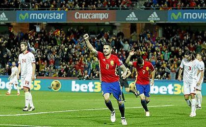 Vitolo celebra el gol que daba la tranquilidad a España.