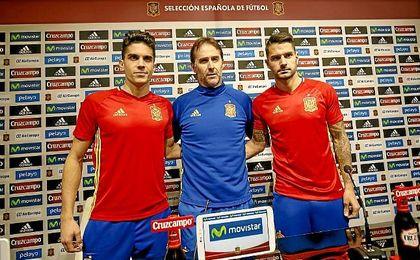 Vitolo, junto a Lopetegui y Bartra en sala de prensa.