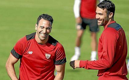 Rami bromea con su compañero Iborra en un entrenamiento.